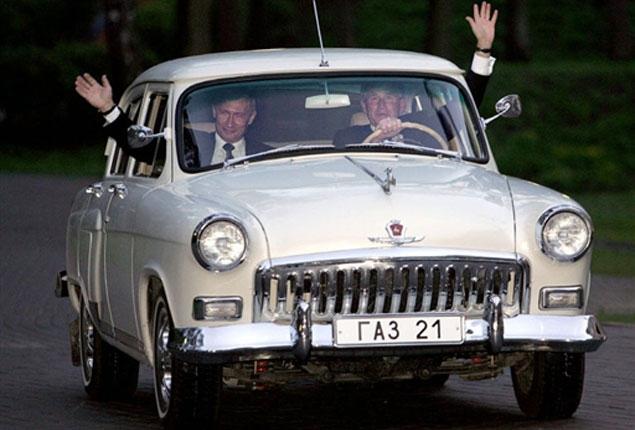 Картинки по запросу Владимир Путин и президент США Джордж Буш в автомобиле ГАЗ-21 «Волга» в резиденции Ново-Огарево, 2005 год