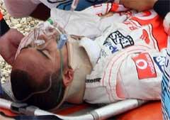 Льюиса Гамильтона увозят в медицинский центр. Фото AFP