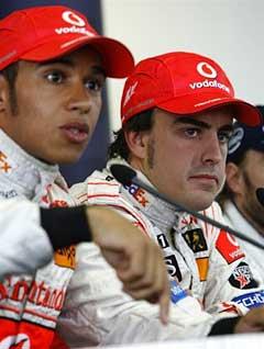 Льюис Гамильтон (слева) и Фернандо Алонсо на пресс-конференции после квалификационных заездов. Фото AFP