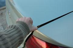 Если открывать багажник с пульта, можно сохранить руки в чистоте