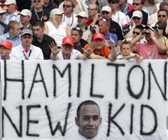 Фанаты Льюиса Гамильтона. Фото AFP